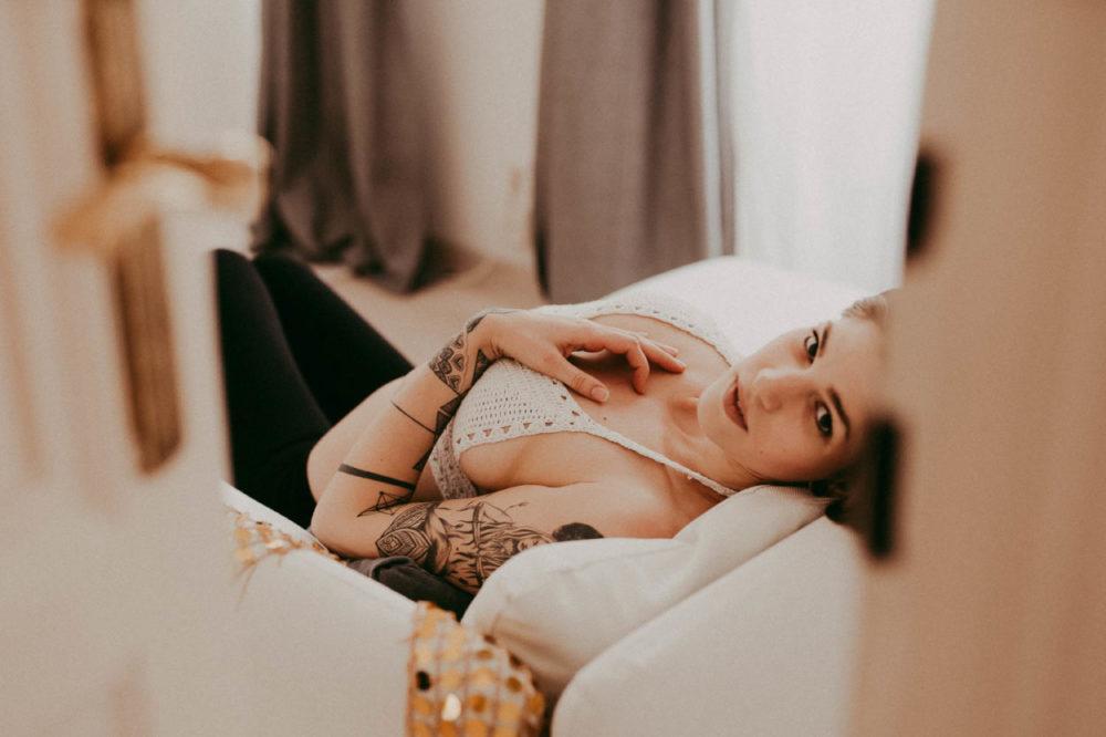 sinnliches Boudoir Foto auf Couch in Wien