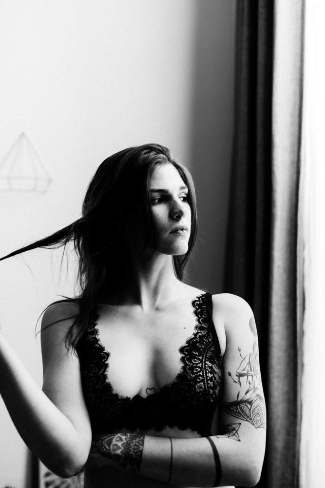 erotische und sinnliche Fotos in Unterwäsche auf Couch in Wien in schwarzweiß
