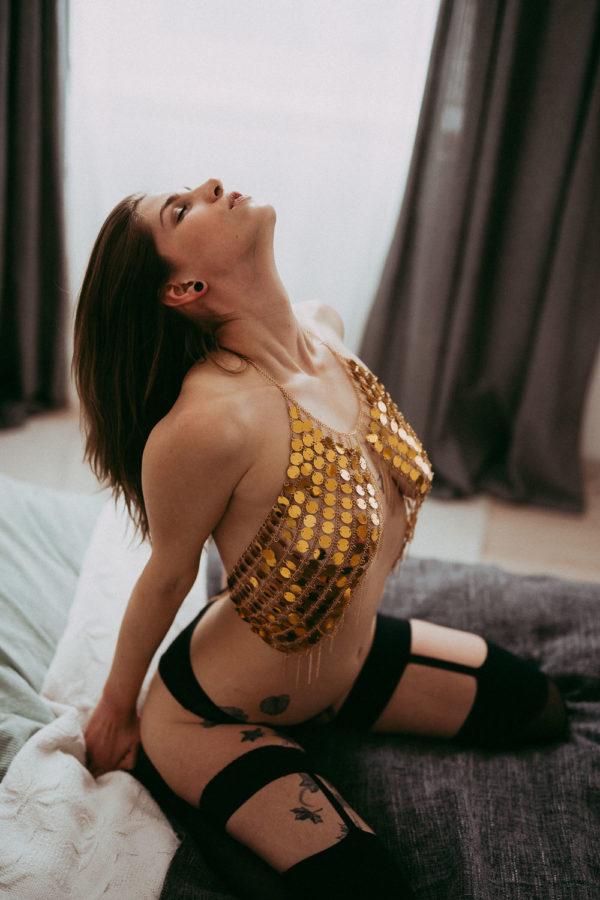 erotische und sinnliche Fotos in Unterwäsche auf Couch in Wien