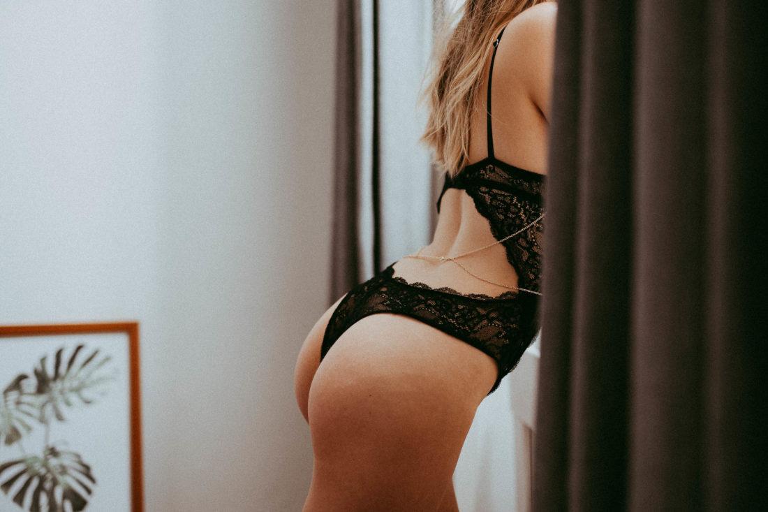 Sinnliches Boudoirfoto Po beim Fenster